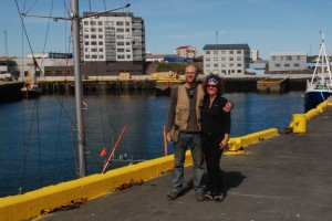 """Główni aktorzy dramatu - Ania i dowódca śmigłowca Coastguardu - Torarin Ingi Ingason (Toti) - spotkanie tydzień później, na kei w Keflaviku. P.S. Toti przeprasza za swój """"outfit"""" ale właśnie zszedł, w pośpiechu, z dachu swojego remontowanego domu aby powitać wchodzącą do portu Panoramę, którą rozpoznał po leżącym na pokładzie pontonie."""