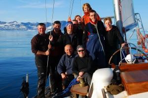 Załoga Panoramy w rejsie do brzegów wschodniej Grenlandii w lipcu 2009r, w komplecie. Pamiątkowe zdjęcie przy wyspie Nansena W górnym rzędzie, od lewej: Jacek, Marek, Ania, Igor, Jagoda, Marta, Adam, Agata Klęczą od lewej: Wojtek, Basia