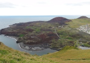 Zalane lawą wejście do portu Vestmannaeyjar