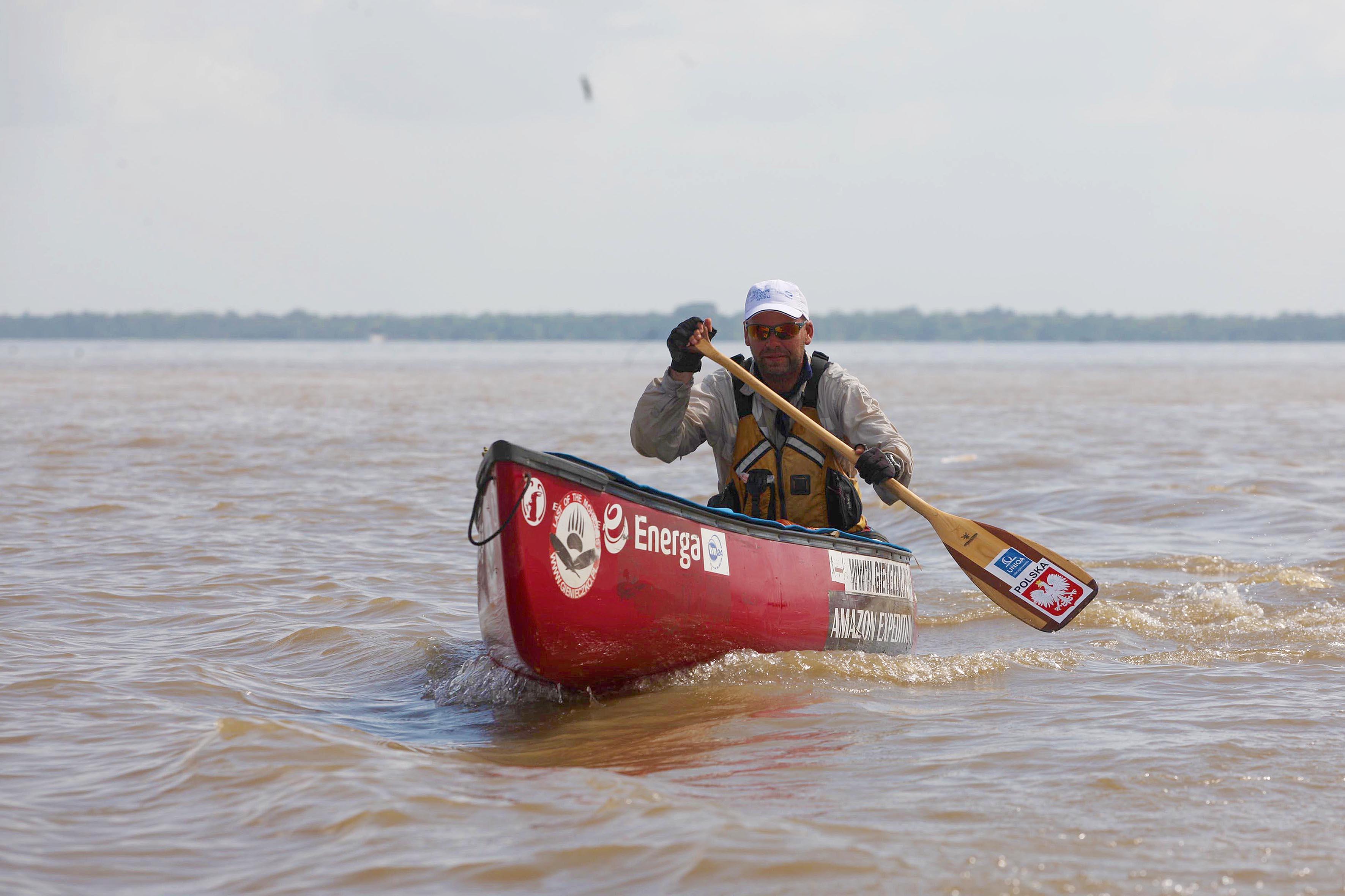 Na tarde desta terça-feira (1), homens do Grupamento Fluvial (Gflu) da Secretaria de Estado de Segurança Pública e Defesa Social (Segup) e do Corpo de Bombeiros Militar finalizaram, no rio Pará, o trabalho de escolta ao canoísta polonês Marcin Gienieczko, 37 anos, que há 94 dias chegou à América do Sul pela cidade de Cuzco, na região andina do Peru.  FOTO: ANDERSON SILVA / AG. PARÁ DATA: 01.09.2015 BELÉM - PARÁ