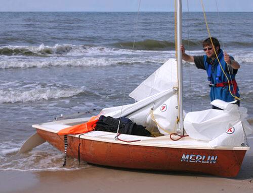 Artur Wilkin i Janusz Ostrowski – wzdłuż plaży na małej łódce